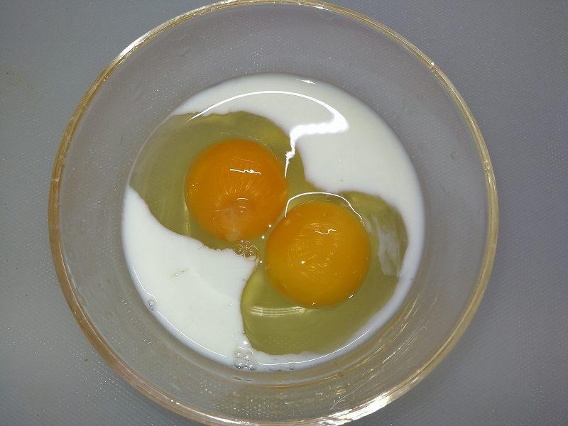 卵と牛乳を合わせる