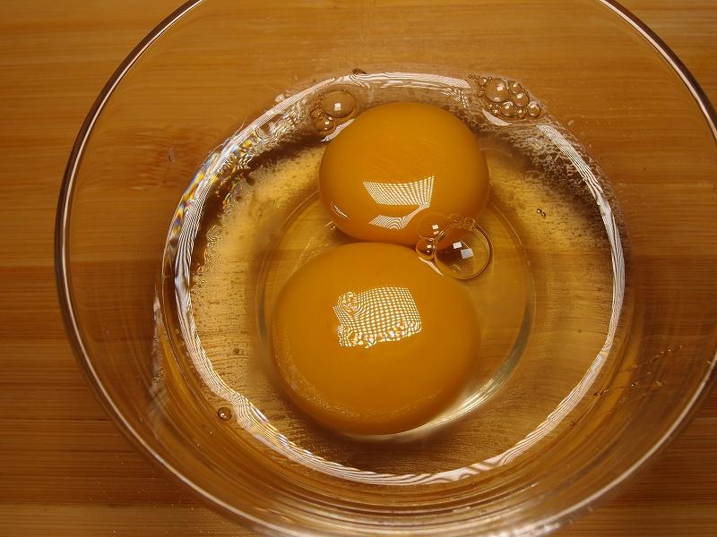 容器に割って入れた卵