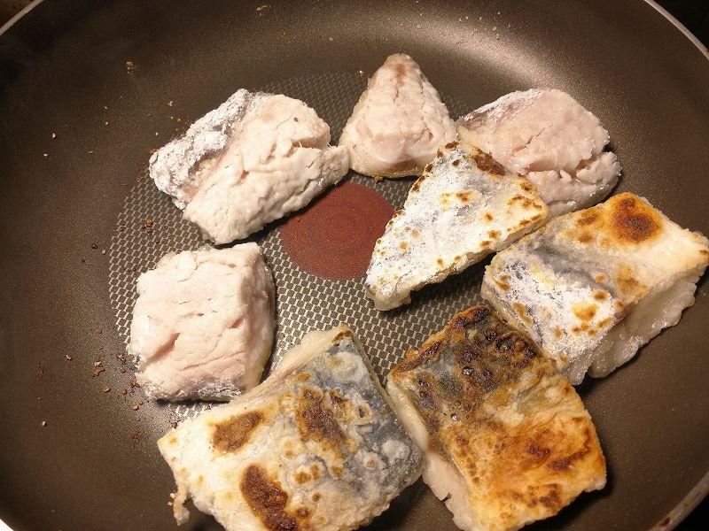 フライパンで焼く鯖