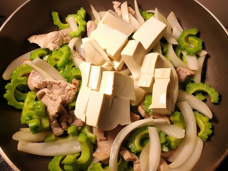 豆腐をフライパンに追加