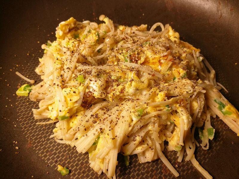 プライパンでえのき茸と卵を混ぜる